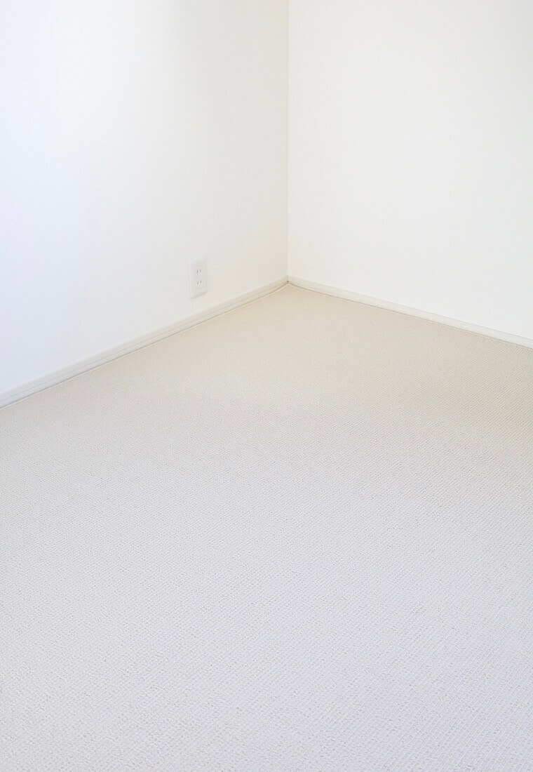部屋を広く見せてくれる明るい色のアイボリー色カーペット