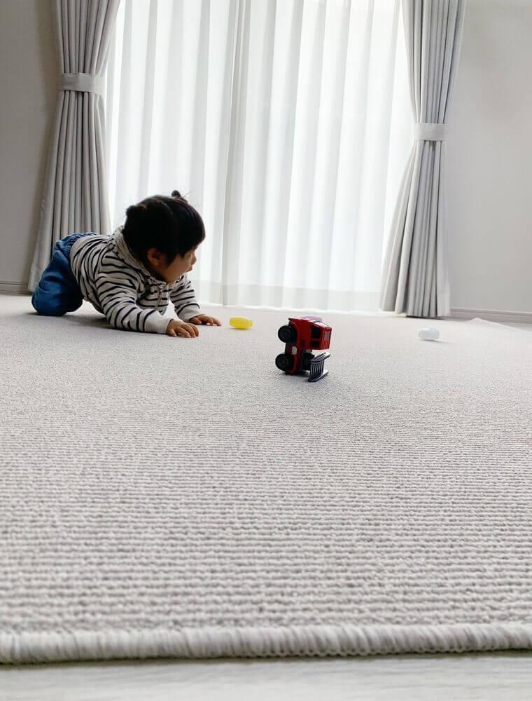 躓かない適度な厚みのカーペットです。