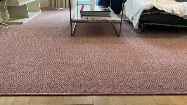 家具との相性も良い淡いピンクカラーの国産カーペット