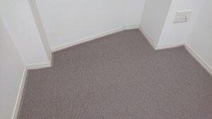 白い壁とベージュのカーペット
