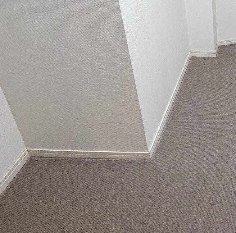 変形カットのカーペット