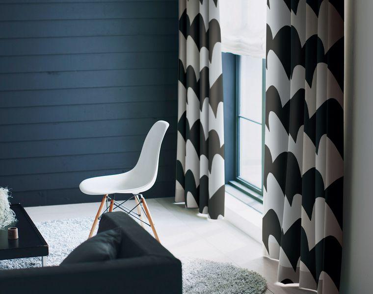 定番の北欧テイストカーテン「NATHAN/ネイサン」は形状記憶加工で仕上げたシンプルでグラフィカルなデザイン