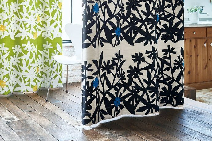 カーテン「SWEETIE/スウィーティー」は大きな花柄を手書き風に描いた北欧風カーテン