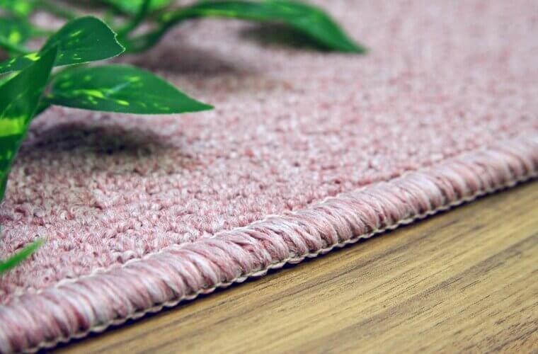 微妙に大きさの異なるパイルのカーペット