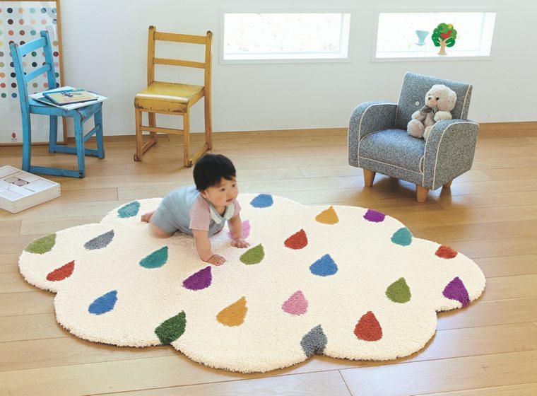 楕円型ラグマット「CLOUD/クラウド」は雲に雨粒が降り注いでいるような可愛いキッズデザイン