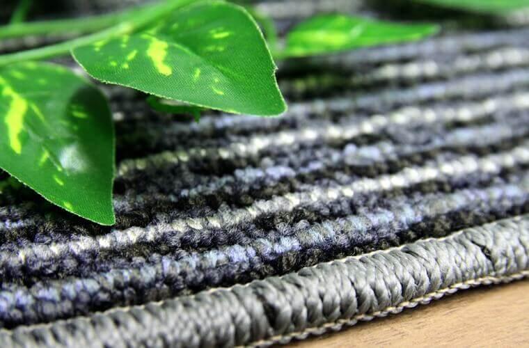 柄の美しさが際立つ伸びやかなストライプのカーペット