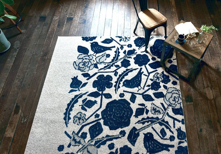 北欧風ラグ・カーペット「SARA/サラ」は落ち着いたブルーカラーの鳥や花柄模様が入った個性的なデザイン