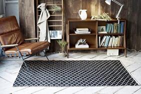 平織りラグ・マット「FACE/フェイス」は木製家具やヴィンテージ家具に合わせやすいスタイリッシュな柄