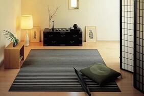 ウールラグ・カーペット「NISHIKI/ニシキ」は薄手の平織りで表現した細いストライプ柄