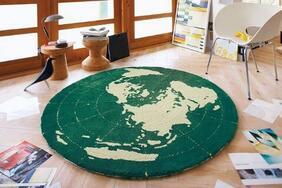 円形ラグマット「EARTH/アース」はリラックス効果も期待できる深いグリーンの地球柄
