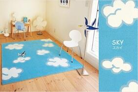 ラグマット「SKY/スカイ」はブルーが映える雲の絵柄でのびのびとした気分に!