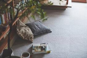 タイルカーペット「CONNY/コニー」は綿毛のようなふんわりとした手触りが自慢